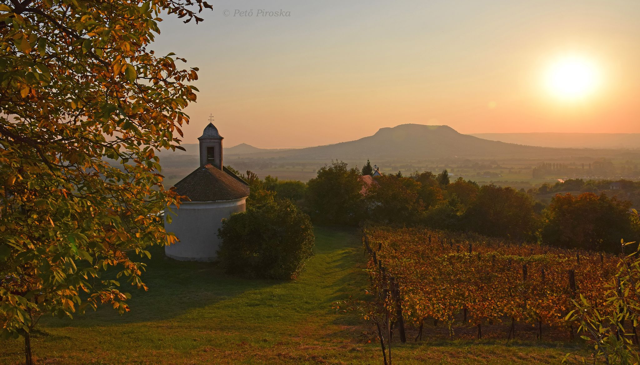A kápolna és környezete naplemente idején