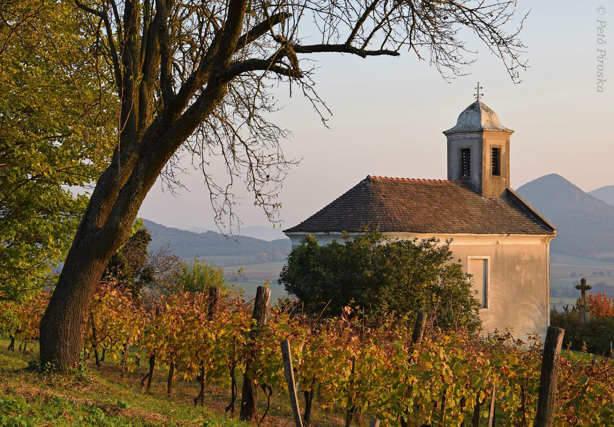 Szent Donát kápolna őszi környezetben
