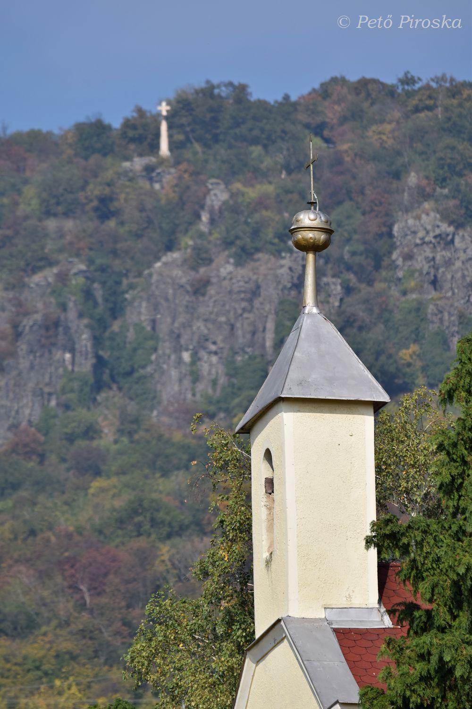 A harangtartó felett a Ranolder-kereszt látszik