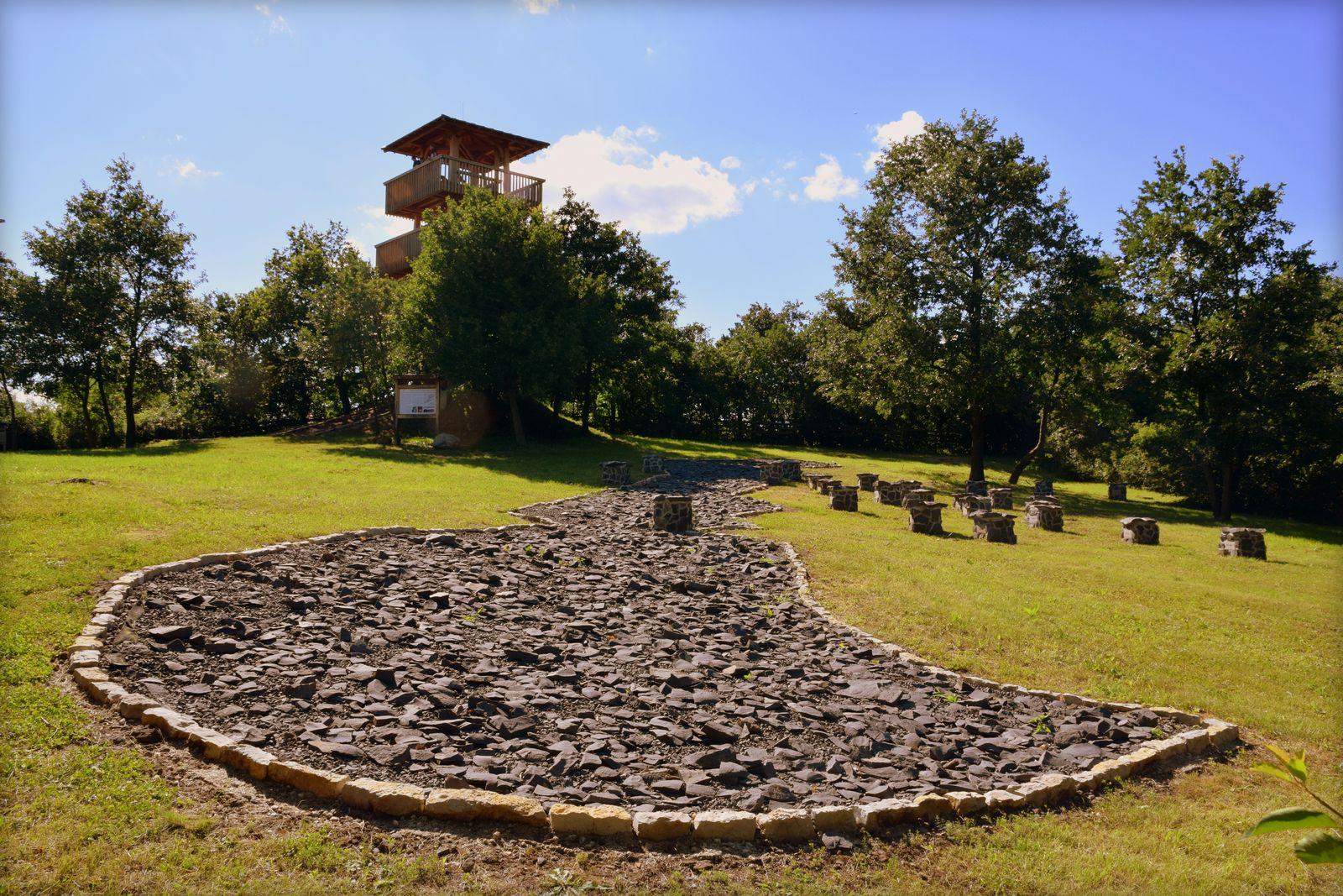 A kilátóból a valóságban és kőtérkép formájában is láthatjuk a Balatont