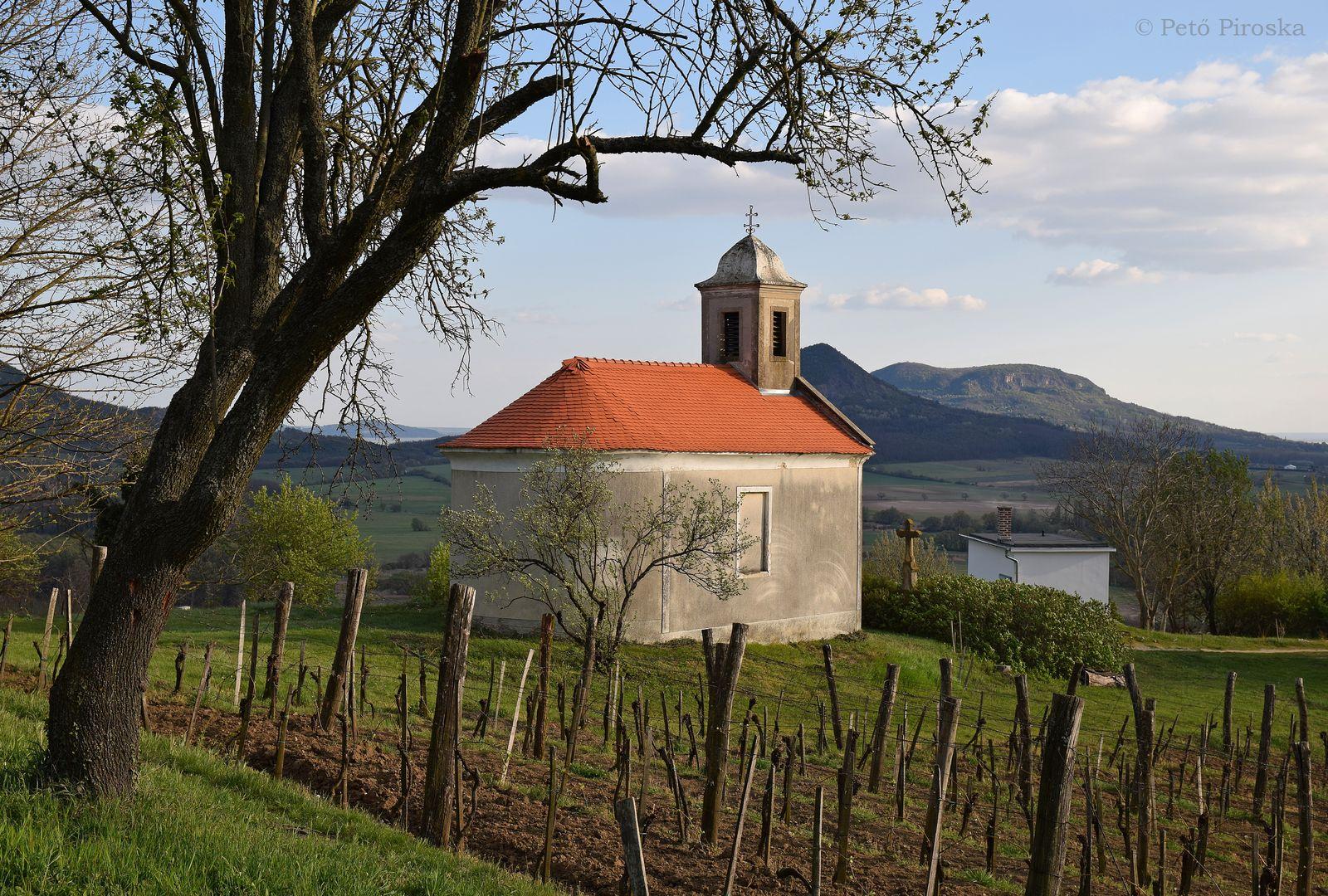 A hegy déli oldalát ékesíti a műemlék Szent Donát kápolna